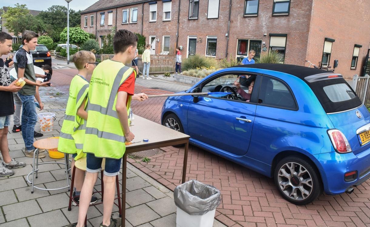 Basisschoolkinderen houden carwash om eindmusical te betalen