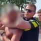 Mocht de politie een nekklem gebruiken bij het zwembadincident?