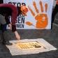 Zutphense vrouwen spuiten graffiti op de stoep tegen vrouwengeweld