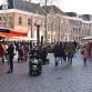 Zonnig lenteweer lokt mensen naar warenmarkten en ijssalons
