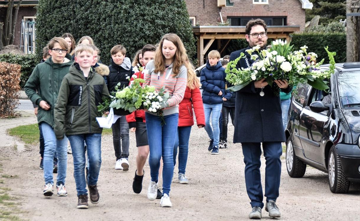 Lochem herdenkt de bevrijding met bloemen bij Somerset-monument