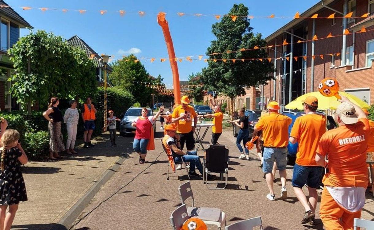 Lochemse straat kleurt oranje voor het EK met duizenden vlaggetjes