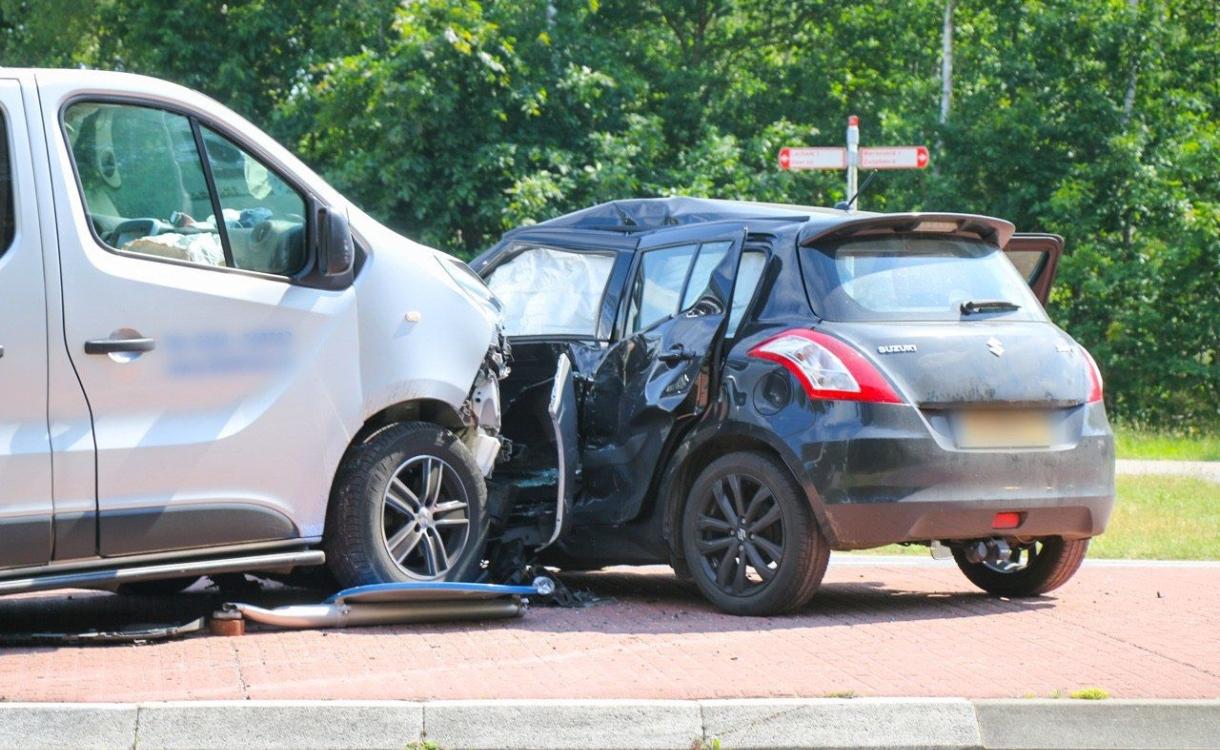 Alweer ongeval op berucht kruispunt: twee auto's zwaar beschadigd