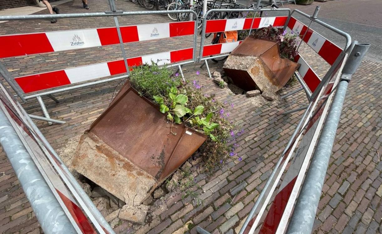 Chauffeur rijdt anti-ram-bloembakken uit de grond bij stadhuis Zutphen