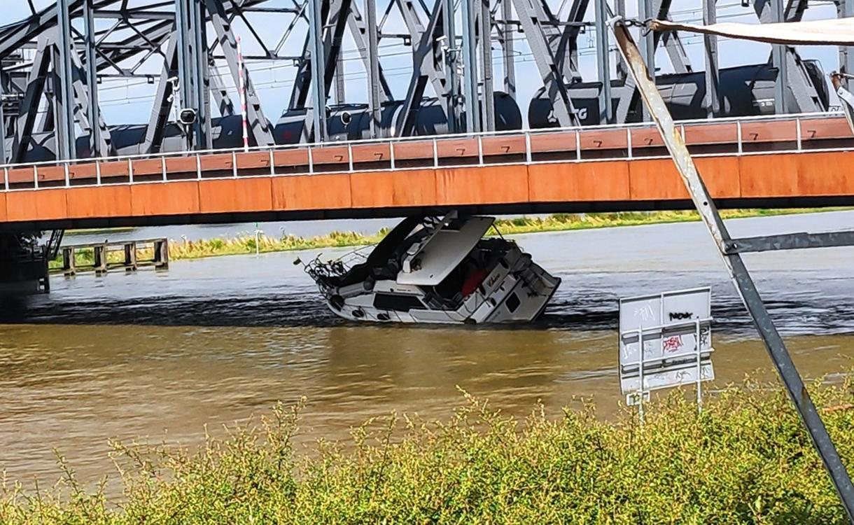 Plezierjacht vaart zich vast onder IJsselbrug