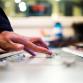 Publieke omroepen, ook lokaal, verdienen steeds minder aan adverteerders