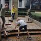 Leerlingen Brummense basisschool maken monument schoon