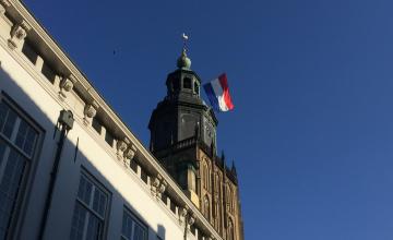 Waarom de Walburgiskerk niet vlagde op Bevrijdingsdag en wel tijdens dodenherdenking