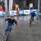 Tientallen wielrenners door de Zutphense binnenstad tijdens Ronde van Zutphen