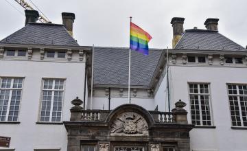 De regenboogvlag wappert in de regio voor Coming Out Day
