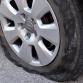 Raam van woning ingegooid en banden lekgestoken bij auto in Brummen