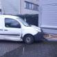 Achtervolging eindigt tegen garage, schade aan politieauto