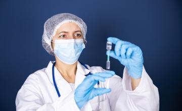 Vaccineren bij zorginstellingen begonnen: 'ze mogen er niks over vragen aan elkaar'