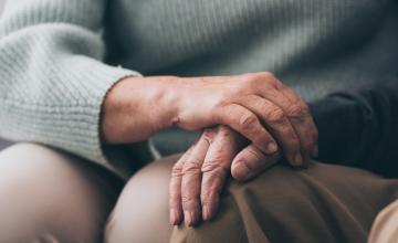 Hoe zorg je voor iemand met dementie tijdens een pandemie?