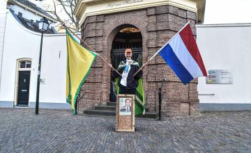 Henk is groot fan van Pieter Omtzigt en voert daarom actie bij het Zutphense stadhuis