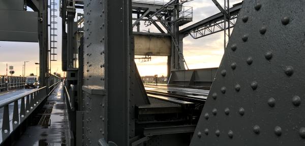 Boot en vrachtwagen knallen tegelijk tegen de Oude IJsselbrug