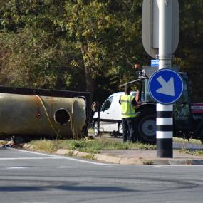 Watertank van gemeente Zutphen gekanteld op druk kruispunt