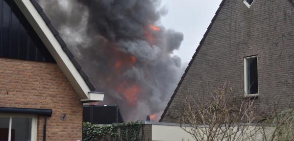 Schuur en woning in Eefde verwoest door felle brand