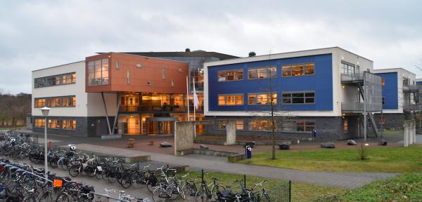 Leerlingen staken vanwege geschorste leraar van Staring College