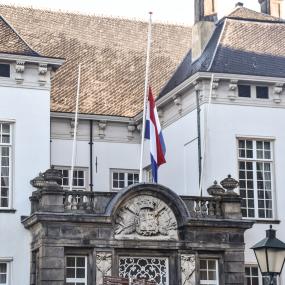 Gemeentehuizen in de regio hangen vlaggen half slok na aanslag Utrecht