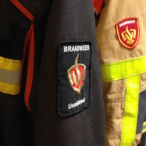 Caravanstalling met asbestdak en gasflessen in brand in Laren
