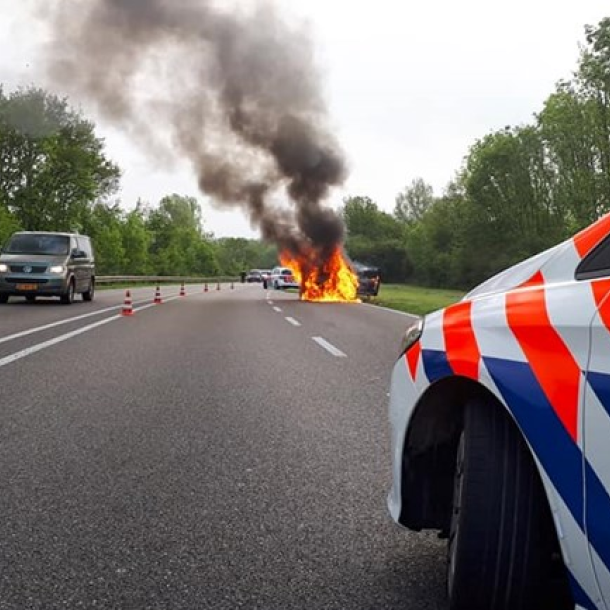 Auto die volledig afbrandde op N348 was net gekocht (voor een paar honderd euro)