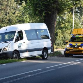 Taxibusje raakt van N348, verkeersstremming bij Gorssel