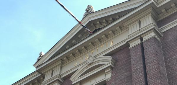 Politie treft hennepplantage en nepwapens aan in Zutphense flat na melding ripdeal