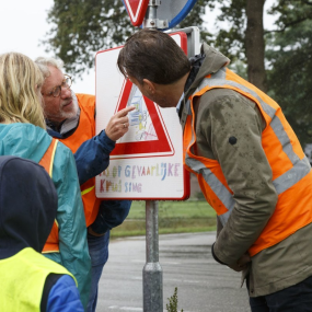 Kinderen onthullen eigen verkeersbord bij Nettelhorsterweg Lochem