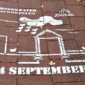 Gemeente Zutphen spuit 'graffiti' op de stoepen. Maar mag dat wel?
