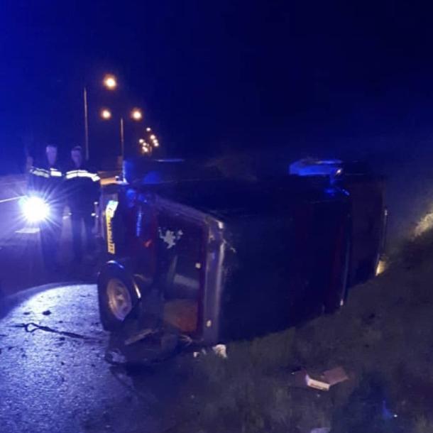Auto belandt op zijkant bij ongeval