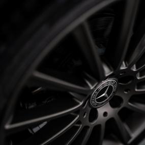 Kapotgereden Mercedes aangetroffen, zonder bestuurder