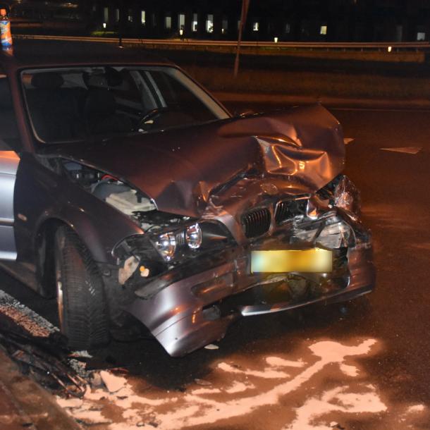Automobilist rijdt door rood en richt ravage aan op kruispunt