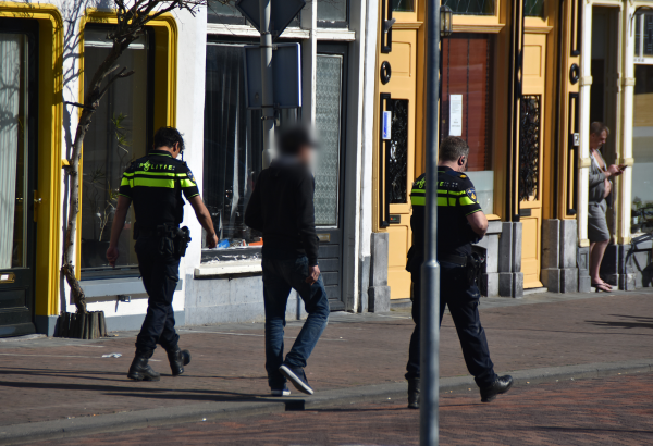 Deur ingebeukt na ruiken gaslucht in Zutphen, bewoner meegenomen