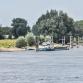 Schip vaart tegen Oude IJsselbrug in Zutphen